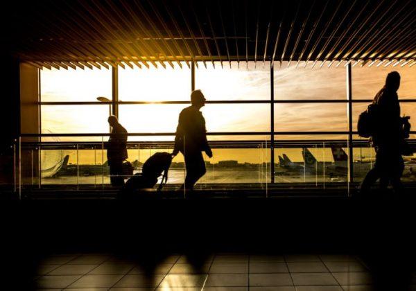Lotnisko zachód słońca w tle