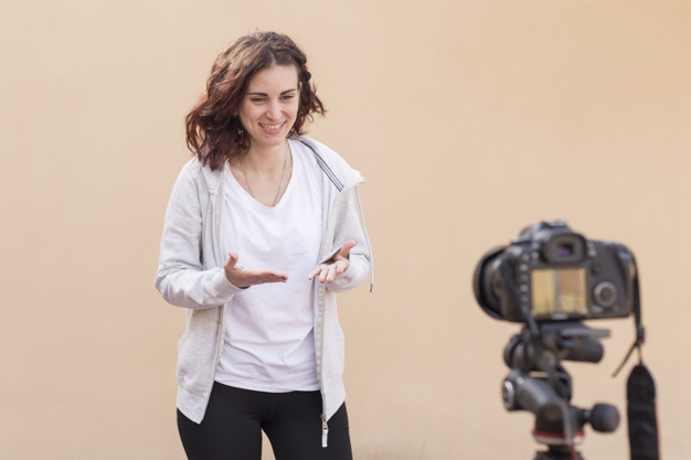kobieta nagrywa się przed kamerą