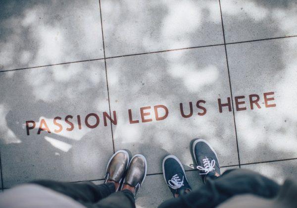 passion led us here napis na chodniku