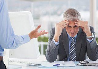 Szef krzyczy na pracownika w biurze