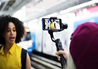 Młoda kobieta nagrywa siebie kamerką