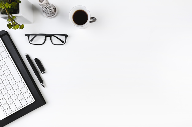 klawiatura okulary kawa na biurku