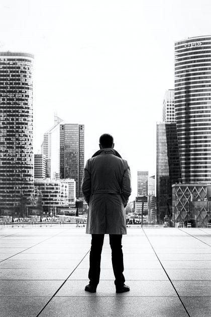 Mężczyzna w płaszczu obrócony tyłem