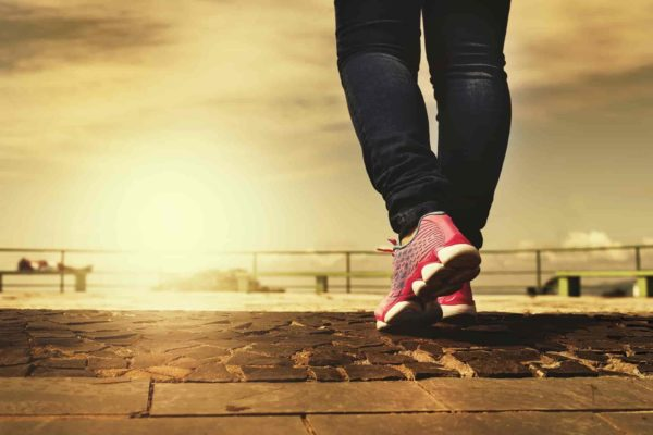 nogi osoby spacerującej