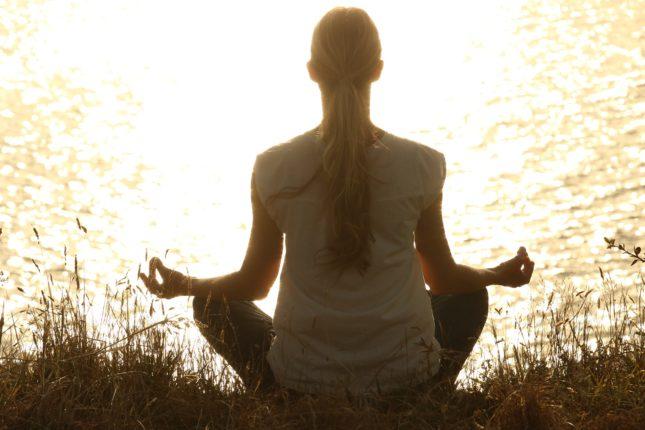 medytacja kobiety nad jeziorem